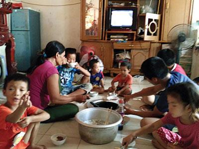 Bà mẹ 48 tuổi ở Hà Nội sinh 14 đứa con và gọi tên... theo số