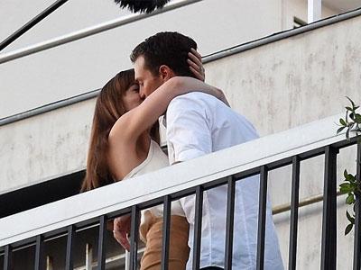 Cảnh hôn tình tứ trên ban công của cặp đôi