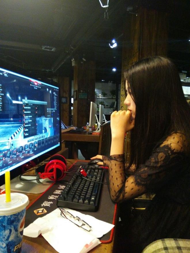 Dung nhan thật của nữ game thủ bị chụp trộm, đẹp hơn hotgirl - Ảnh 1.