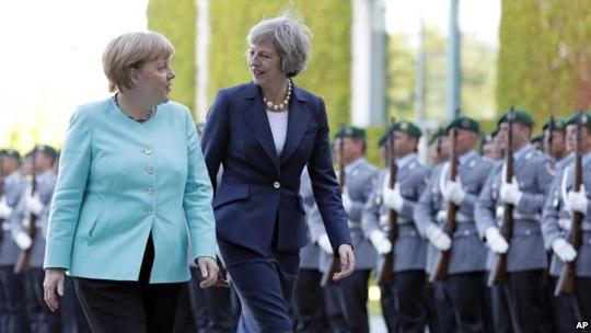 Thủ tướng Đức Angela Merkel gặp người đồng cấp Anh Theresa May. Ảnh: AP