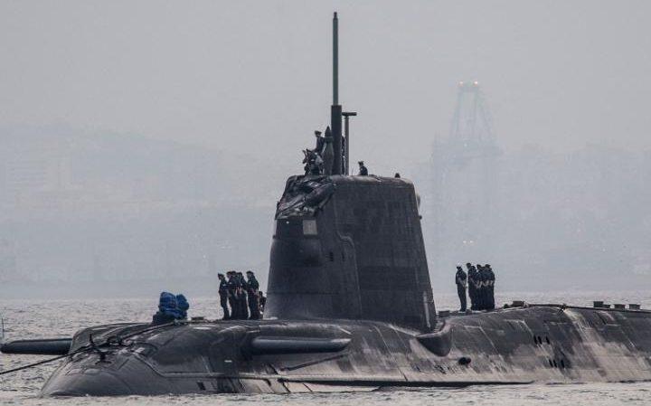 Tàu bị hư hại tháp chỉ huy sau vụ va chạm (Ảnh: Telegraph)