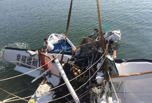 Thủy phi cơ đâm vào cầu, nhiều người tử vong - ảnh 1