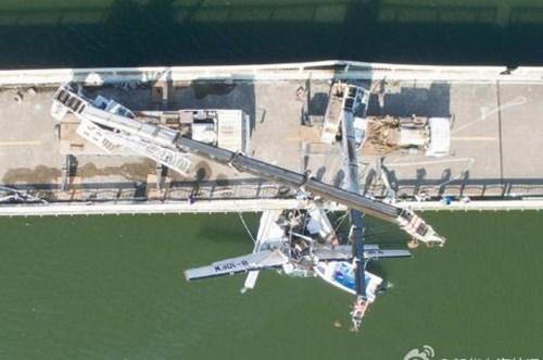Thủy phi cơ đâm vào cầu, nhiều người tử vong - ảnh 2