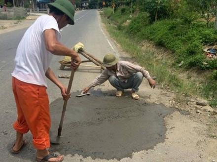 Hình ảnh những người dân tự ý sửa đường được đăng tải trên mạng xã hội ngày 18.7 đã nhận được nhiều lời khen ngợi của cộng đồng