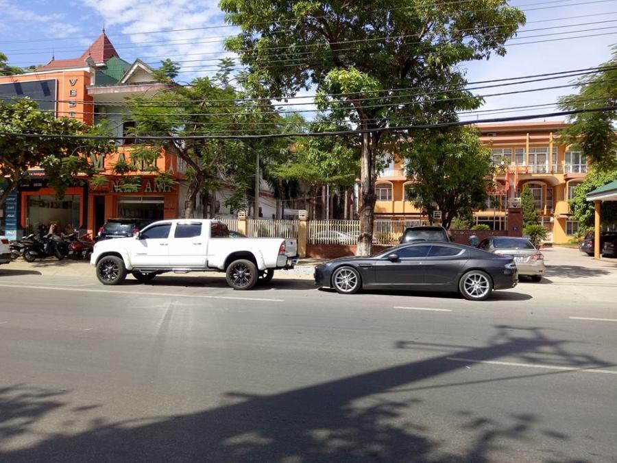 Aston Martin Rapide S 2016 của đại gia thành Vinh khoe dáng trên phố. Ảnh: Vinh Nguyễn.