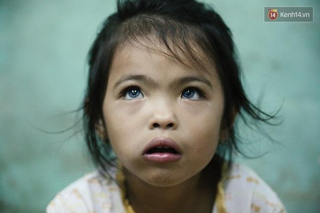 Đôi mắt màu xanh kỳ lạ của hai anh em câm điếc bán vé số nơi xóm nghèo Sài Gòn - Ảnh 1.