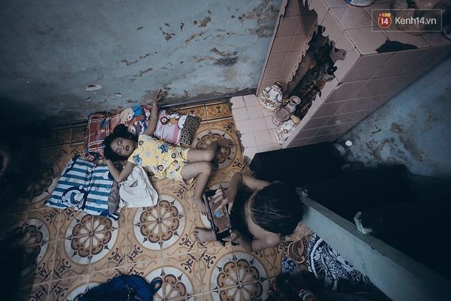 Đôi mắt màu xanh kỳ lạ của hai anh em câm điếc bán vé số nơi xóm nghèo Sài Gòn - Ảnh 3.