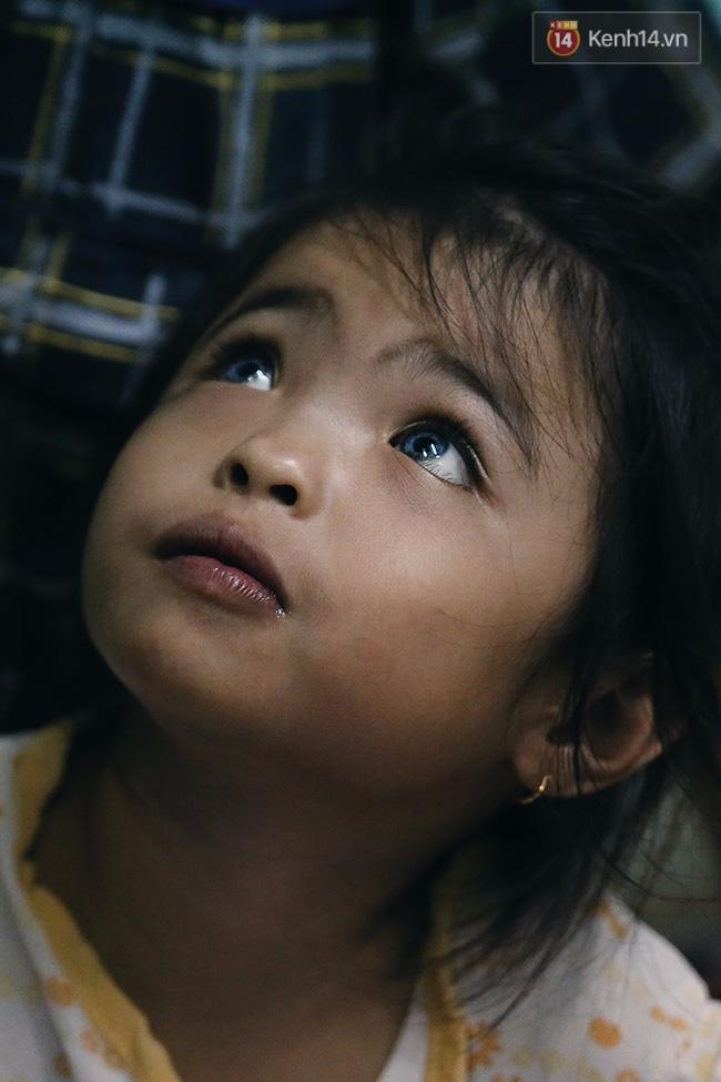 Đôi mắt màu xanh kỳ lạ của hai anh em câm điếc bán vé số nơi xóm nghèo Sài Gòn - Ảnh 6.