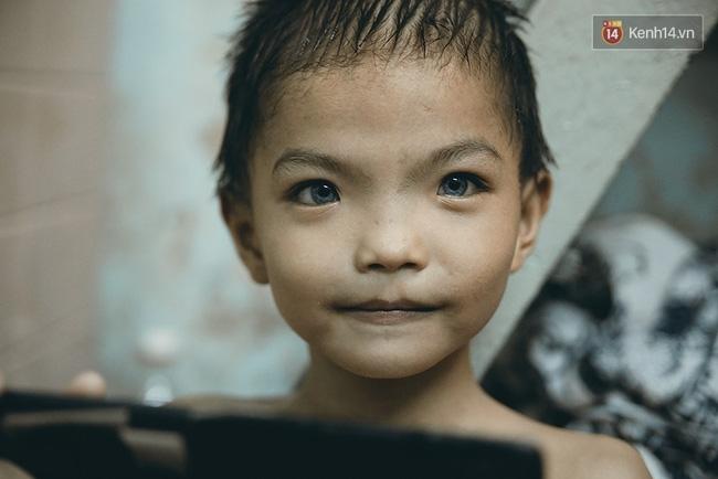 Đôi mắt màu xanh kỳ lạ của hai anh em câm điếc bán vé số nơi xóm nghèo Sài Gòn - Ảnh 7.