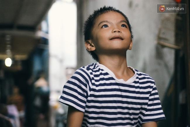 Đôi mắt màu xanh kỳ lạ của hai anh em câm điếc bán vé số nơi xóm nghèo Sài Gòn - Ảnh 9.
