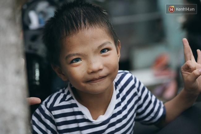 Đôi mắt màu xanh kỳ lạ của hai anh em câm điếc bán vé số nơi xóm nghèo Sài Gòn - Ảnh 13.