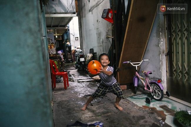 Đôi mắt màu xanh kỳ lạ của hai anh em câm điếc bán vé số nơi xóm nghèo Sài Gòn - Ảnh 14.
