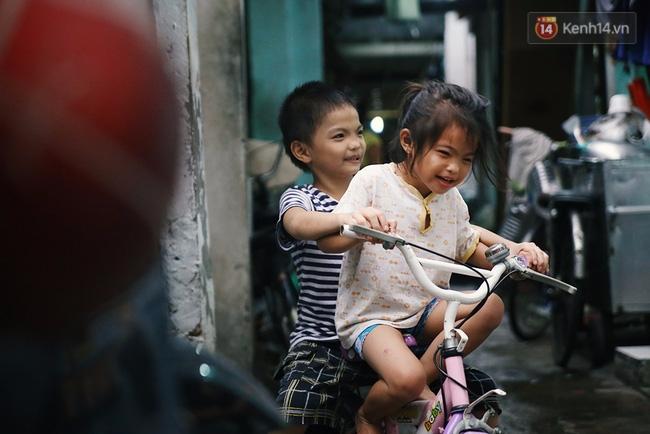 Đôi mắt màu xanh kỳ lạ của hai anh em câm điếc bán vé số nơi xóm nghèo Sài Gòn - Ảnh 17.