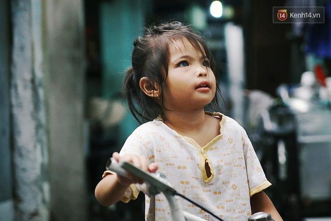 Đôi mắt màu xanh kỳ lạ của hai anh em câm điếc bán vé số nơi xóm nghèo Sài Gòn - Ảnh 19.