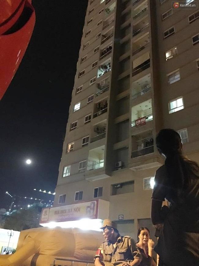 Hà Nội: Mâu thuẫn tình cảm, nam thanh niên dọa nhảy lầu tự sát từ tầng 16 - Ảnh 1.
