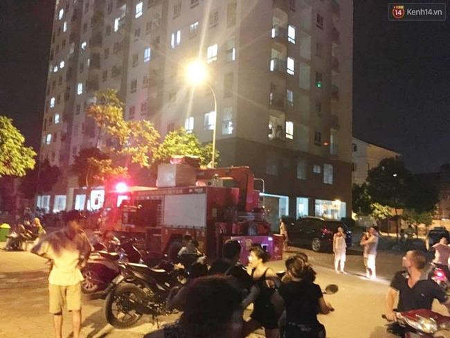Hà Nội: Mâu thuẫn tình cảm, nam thanh niên dọa nhảy lầu tự sát từ tầng 16 - Ảnh 3.