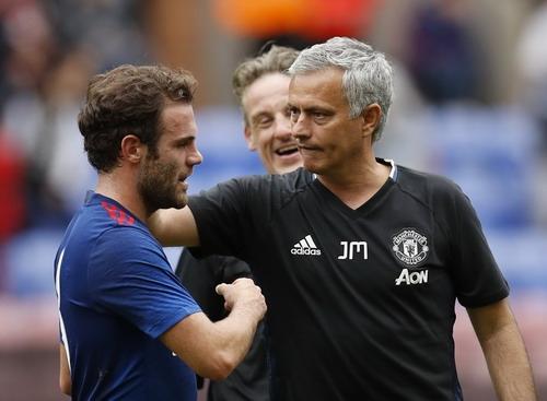 CĐV Man United thích thú với cảnh tượng Mourinho chúc mừng Mata