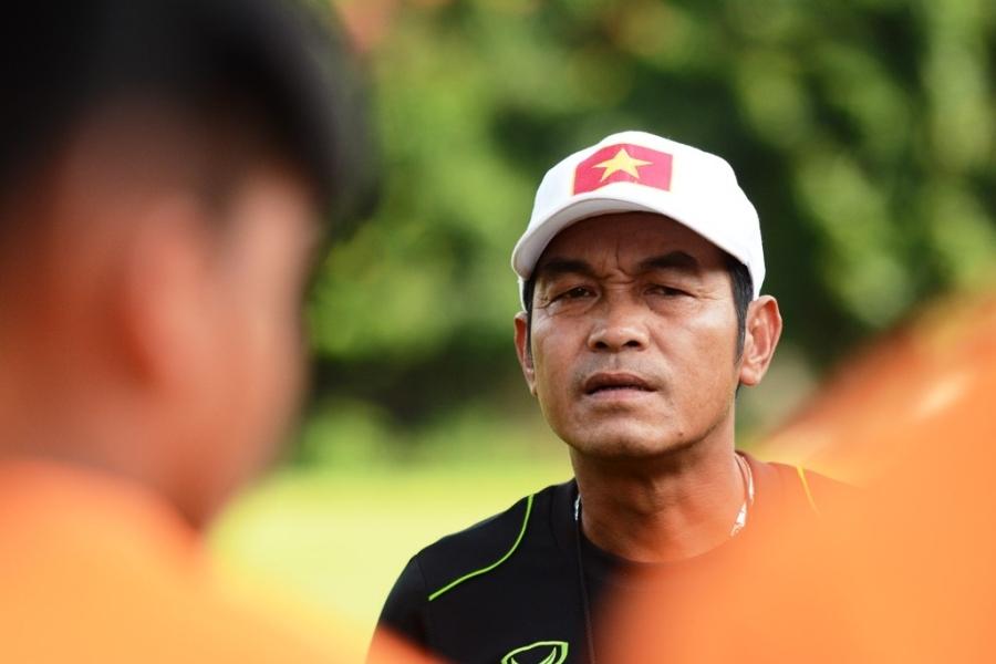 HLV Đinh Thế Nam nhắc nhở các học trò tập trung trước trận chung kết với U16 Australia.