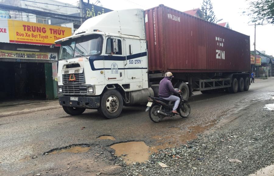 Hạ tầng xuống cấp đầy hố sâu, đất đá rơi vãi cùng với việc mặt đường nhỏ hẹp, xe tải dày đặc lưu thông hỗn hợp cùng xe máy khiến nguy cơ TNGT nghiêm trọng xảy ra bất cứ lúc nào.