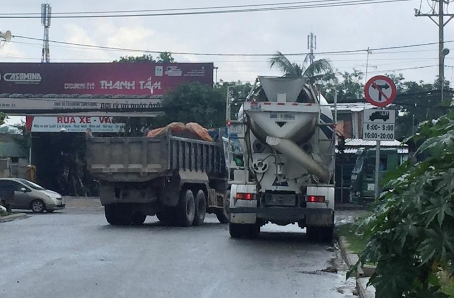 Bất chấp giờ cấm, nhiều xe tải nặng vẫn mặc nhiên lưu thông.