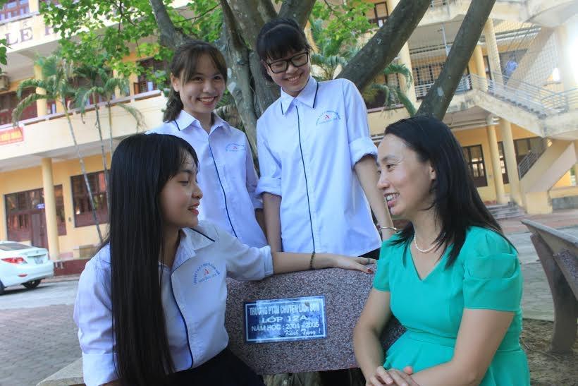 Hạnh phúc của cô trò ba nữ sinh đạt điểm tuyệt đối môn Toán