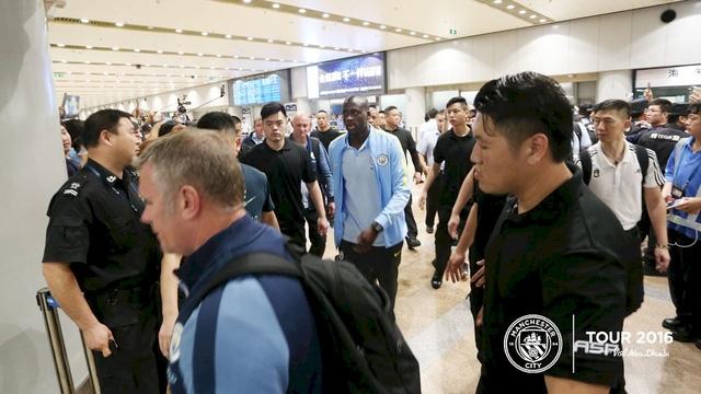 Yay Toure xuất hiện ở sân bay tại Bắc Kinh. Như vậy, tiền vệ người Bờ Biển Ngà có rời Man City hay không thì cũng sẽ được quyết định sau chuyến du đấu của đội bóng này