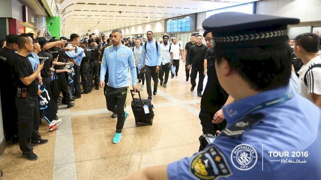 Hậu vệ trái Kolarov xuống sân bay cùng các đồng đội