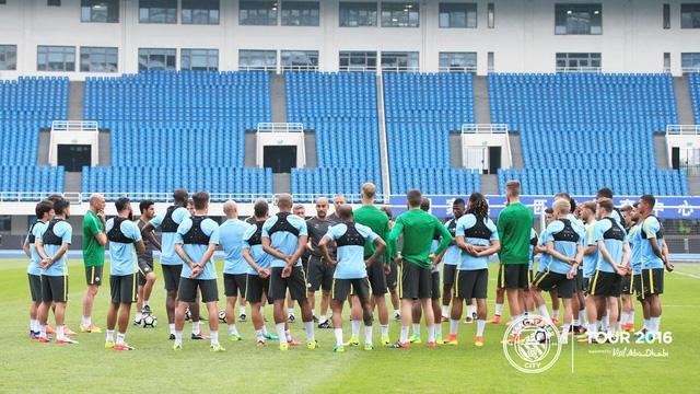 Không lâu sau khi đặt chân tới Trung Quốc các cầu thủ Man City đã có buổi tập nhẹ nhằm phục hồi thể lực sau chuyến bay dài