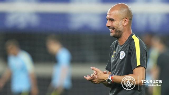 Pep Guardiola tươi cười chỉ đạo các học trò tập luyện