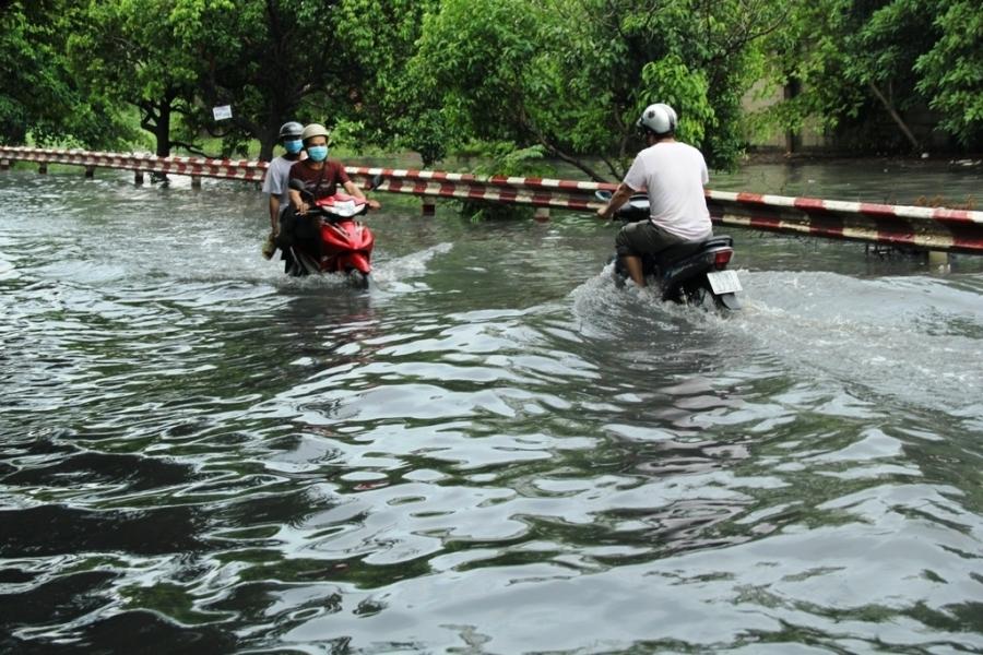 Nhiều khu vực ngập sâu đến nửa xe gắn máy
