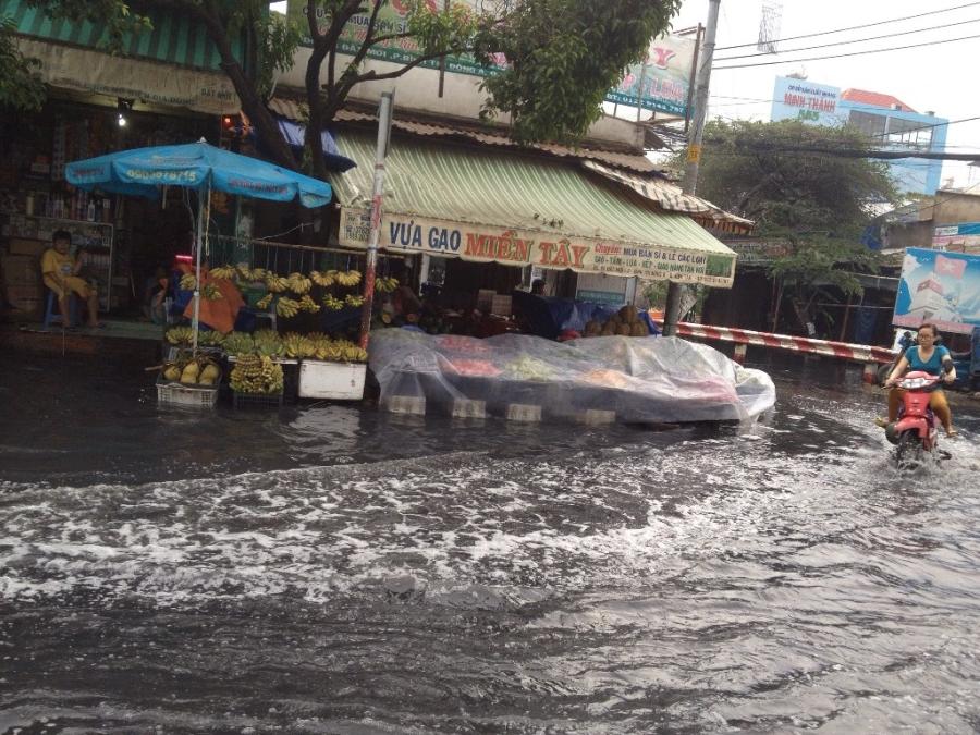 Nhiều cửa hàng phải che đậy, không buôn bán vì nước ngập
