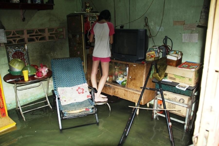 Nhiều nhà dân bị nước tràn vào gây hư hỏng đồ đạc