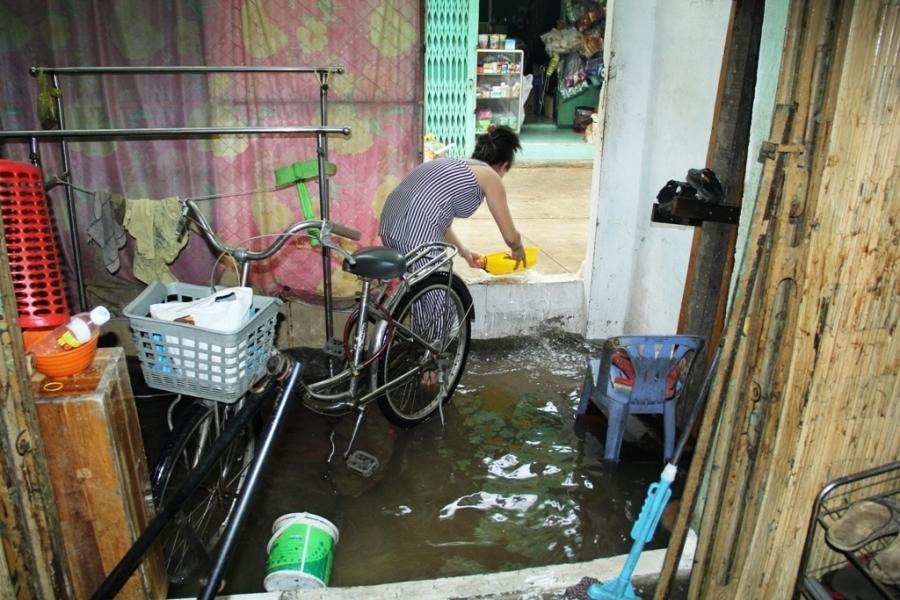 Người dân hì hục tát nước ra khỏi nhà