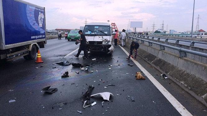 Mũ bảo hiểm rơi, 3 xe hơi húc nhau tan nát