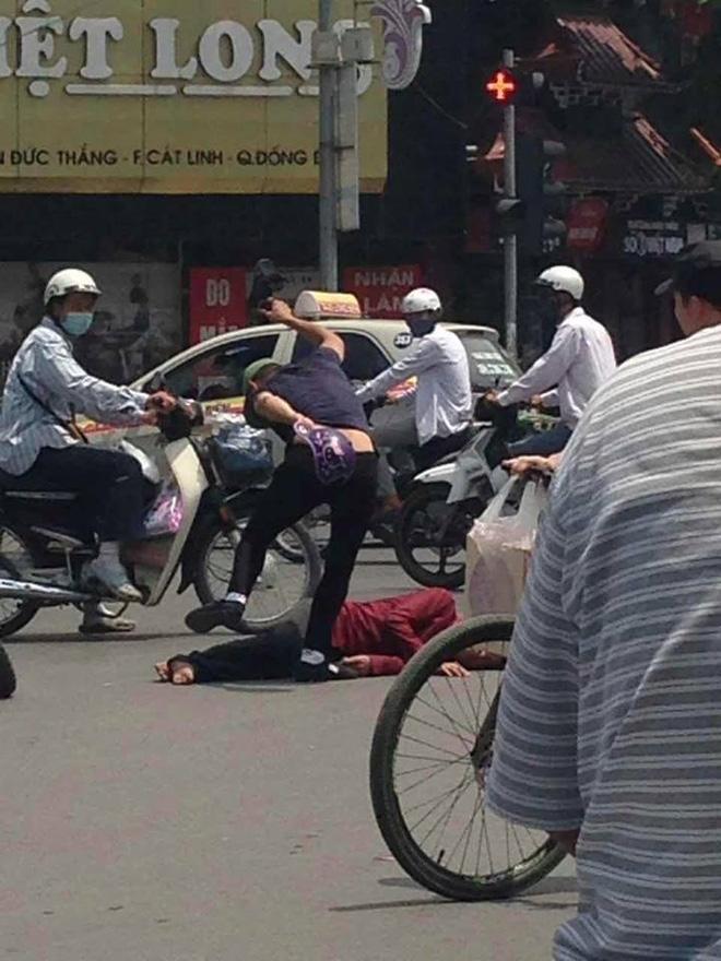 Người đàn ông nằm ăn vạ giữa đường Cát Linh, Hà Nội  - Ảnh 1.
