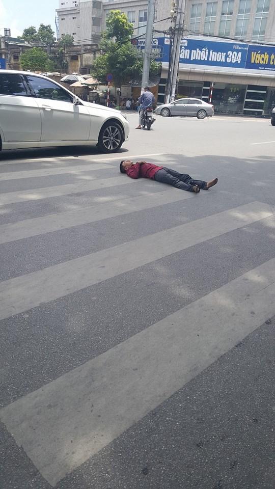 Người đàn ông nằm ăn vạ giữa đường Cát Linh, Hà Nội  - Ảnh 2.