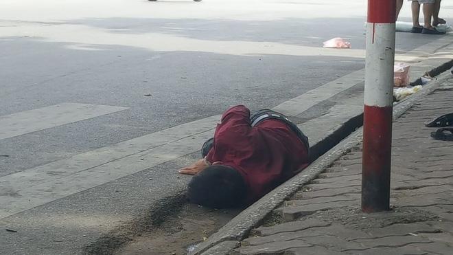 Người đàn ông nằm ăn vạ giữa đường Cát Linh, Hà Nội  - Ảnh 3.