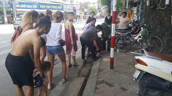 Người đàn ông nằm ăn vạ giữa đường Cát Linh, Hà Nội  - Ảnh 4.