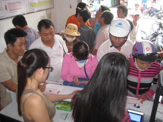 Người mua có thể tự chọn hoặc yêu cầu nhân viên bán vé chọn số bằng máy