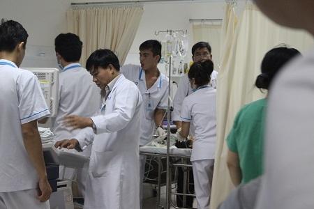 Các bác sỹ đang cấp cứu cho nạn nhân trong tình trạng nguy cấp