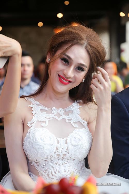 phi-thanh-van-sexy-het-co-di-su-kien-cung-chong-tre-3