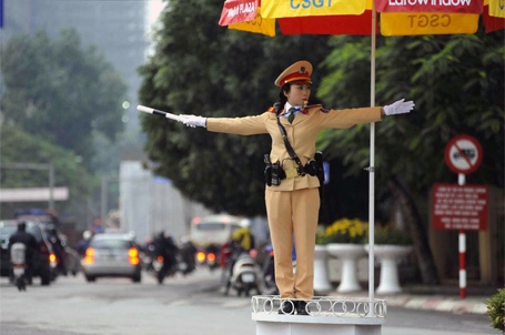 Thiếu úy Kim Anh chỉ huy, điều khiển giao thông.