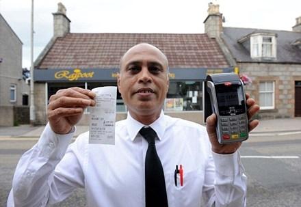 Ông Abdul Wahid – chủ nhà hàng, người từng có kinh nghiệm quản lý nhà hàng hơn 30 năm cho biết đây là lần đầu tiên ông gặp sự cố hi hữu như vậy.