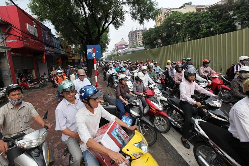 lái xe bằng chân, Hà Nội, Hồ Chí Minh, ô tô, giảm giá, mua xe, giá cước, giá xăng, lái xe, tài xế, tai nạn