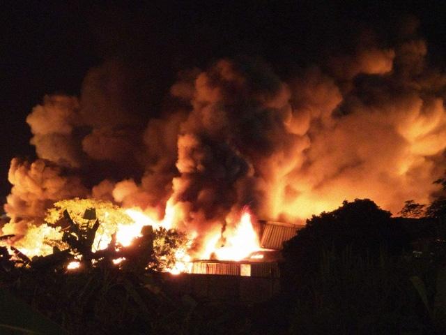 Khói lửa cuồn cuộn trong đêm.