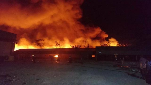 Gần 22h đêm, ngọn lửa vẫn đang bùng phát cực lớn.