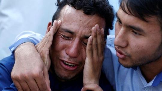 Người dân khóc thương các nạn nhân mất mạng trong vụ đánh bom tự sát ở thủ đô Kabul hôm 23-7. Ảnh: Reuters