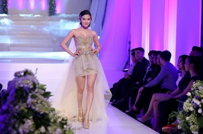 Mai Ngo che Diep Linh Chau catwalk nhu dan ong mac vay hinh anh 2