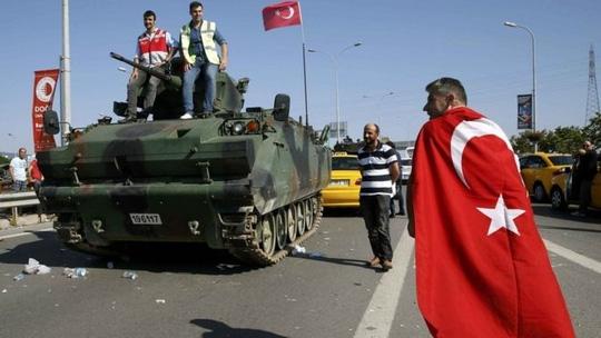 Xa tăng của quân đảo chính bị bỏ lại trên đường phố. Ảnh: Reuters