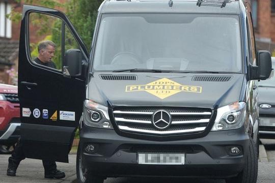 Ông John Doherty lái xe đi làm bình thường sau khi trúng hơn 14,6 triệu bảng. Ảnh: SWNS